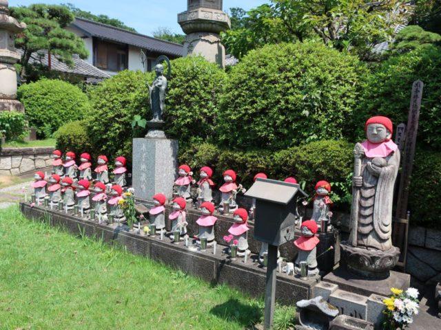 胤重寺のお地蔵さんと毛糸の帽子